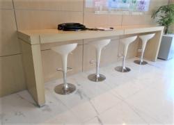 mesa-tipo-aparadora-com-cadeiras-tipo-concha
