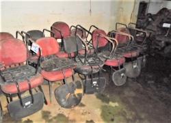 aprox-cadeiras-fixas-na-cor-vermelha