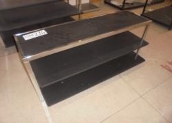 mesa-expositora-preta-com-prateleiras
