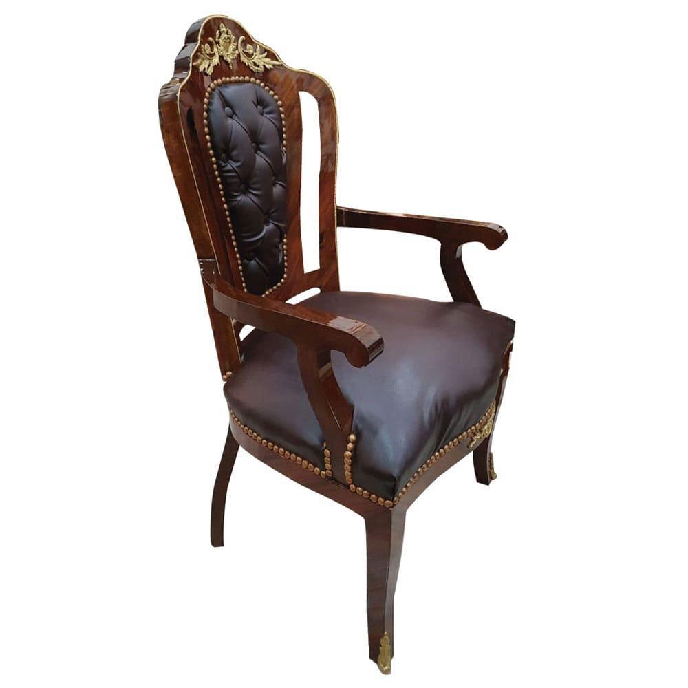 Cadeira Clássica com Estofado em Capitonê e Detalhes em Bronze - 100x60x50cm