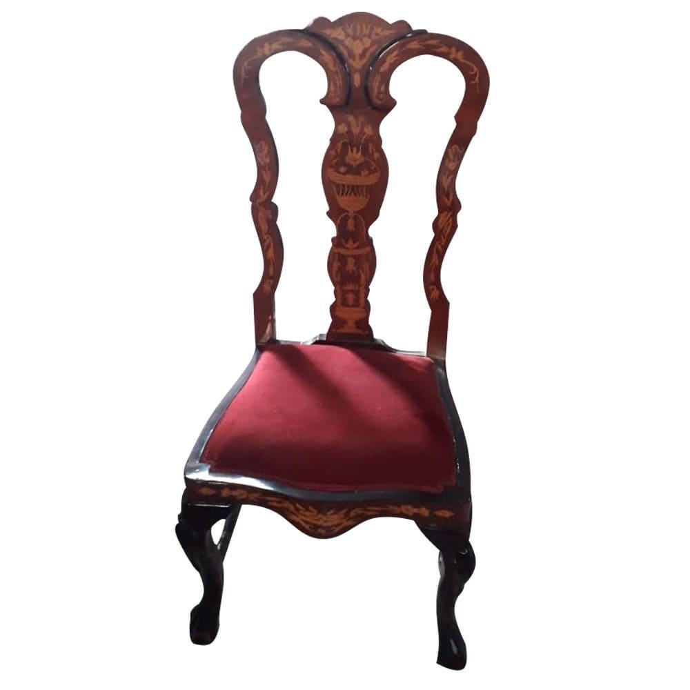 Cadeira Clássica com Encosto Detalhado e Estofado Vermelho - 54x111x49cm