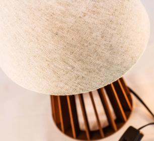 Abajur de Mesa de Madeira com Cúpula de Tecido Crua Bege Soq: E27 Mod: Torre P Cor: Chocolate