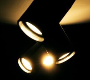 Trilho Eletrificado Preto 1 M com 4 Spots Soq: GU10   Cor: Preto   Spot: Led 10W 6.000k Branco Frio   Tam: 1 MTS   Mod: Z3
