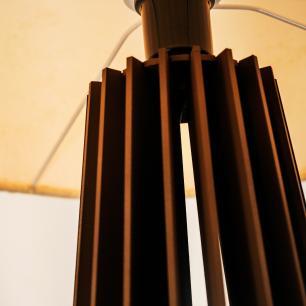 Abajur Torre de Madeira Marrom Café com Cúpula de Tecido Crua E27
