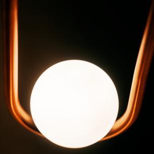 Luminária Pendente de Teto   Bola de Vidro e Tubo Curvado   Cor: Prata   Mod: Papilon