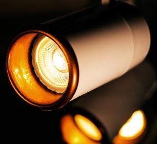 Trilho Eletrificado 1 m com 5 Spots Soq: GU10 | COR: Branco com Cobre | Spot: Led 7W 2.700k Branco Quente | Tam: 1 mt | Mod: Z4