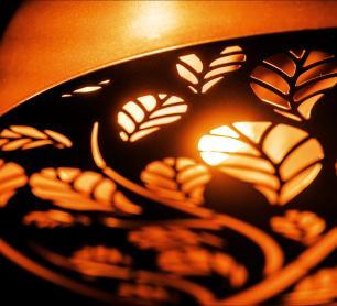 Lustre Pendente de Teto Meia Lua Desenhado | Tam: 60x30cm | Cobre | Mod: Floral