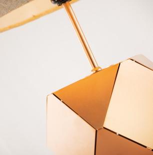 Abajur de Mesa Faces 3D em Aluminio Soq: E27 | Cor: Cobre | Cúpula: Bege | Tam: 40cm | Mod: Faces 3D