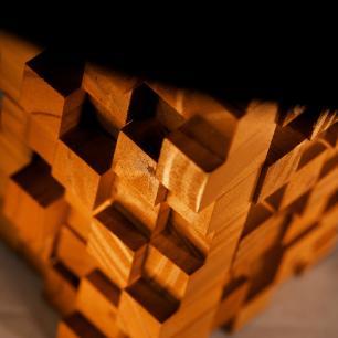 Abajur De Madeira Maciça Com Design Cubista | Cupula de Tecido Bege | Mod: A Origem