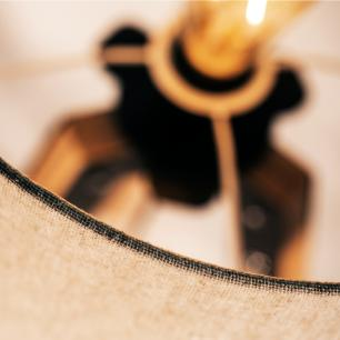 Abajur de Mesa Tripé | Madeira de Cedro | Cúpula de Tecido Amarelo | Tam: 58x29cm | Mod: Eros