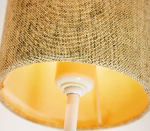 Abajur de Mesa Vela Classico Soq: E27 | Cor: Branco | Cúpula: Bege | Tam: 65cm | Mod: Vela