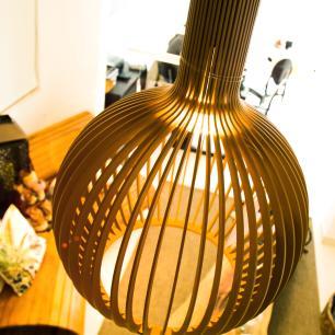 Luminária Pendente Octo Bellatrix Caramelo em Madeira  - LED 964 Lúmens / 5000K / Tam: 38x46cm