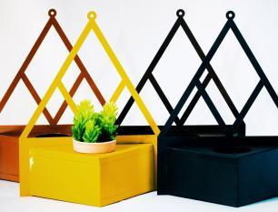 Porta Vaso Triangular de Aço Galvanizado 31cm Preto Com Vaso de 6cm