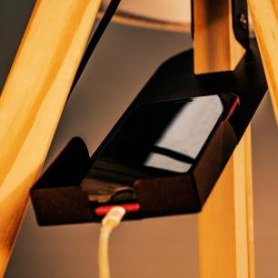 Abajur de Piso Tripé Com USB | Madeira de Cedro | Cúpula de Tecido Preto | Porta celular | Mod: Eros USB