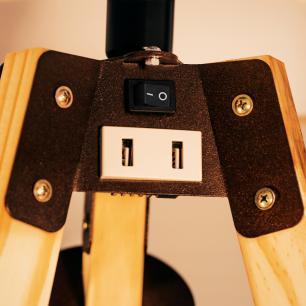 Abajur de Piso Tripé Com USB | Madeira de Cedro | Cúpula de Tecido Bege| Porta celular | Mod: Eros USB