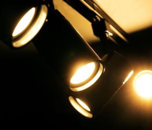 Trilho Eletrificado 2 m com 5 Spots GU10 preto com Lâmpada 2.700k Branco Quente Z3