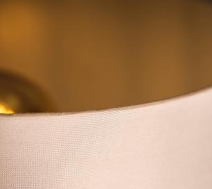 Abajur de Mesa em Madeira com Cúpula de Tecido Branco Tam: 35x50cm
