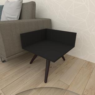 Mesa lateral simples em mdf preto com 3 pés inclinados em madeira maciça cor tabaco