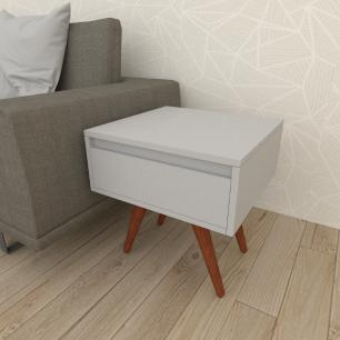 Mesa lateral com gaveta em mdf cinza com 4 pés inclinados em madeira maciça cor mogno