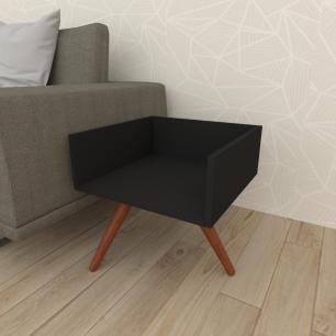 Mesa lateral minimalista em mdf preto com 3 pés inclinados em madeira maciça cor mogno