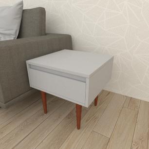 Mesa lateral com gaveta em mdf cinza com 4 pés retos em madeira maciça cor mogno