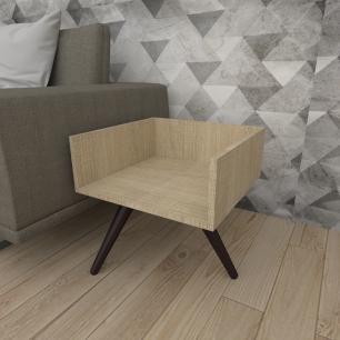 Mesa lateral minimalista em mdf amadeirado claro com 3 pés inclinados em madeira maciça cor tabaco