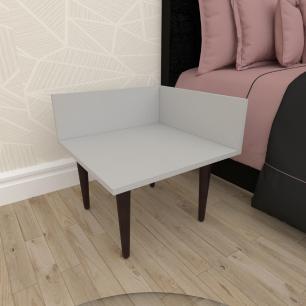 Mesa de Cabeceira simples em mdf cinza com 4 pés retos em madeira maciça cor tabaco