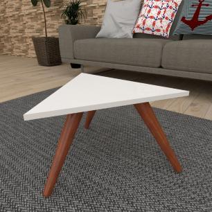 Mesa de Centro triangular em mdf branco com 3 pés inclinados em madeira maciça cor mogno