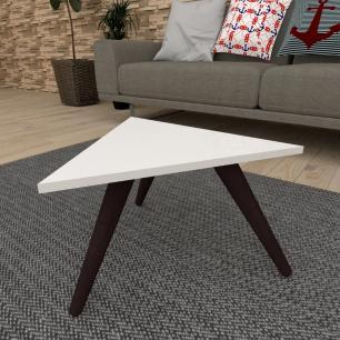 Mesa de Centro triangular em mdf branco com 3 pés inclinados em madeira maciça cor tabaco