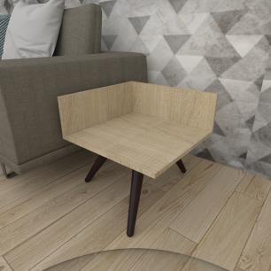 Mesa lateral simples em mdf amadeirado claro com 3 pés inclinados em madeira maciça cor tabaco