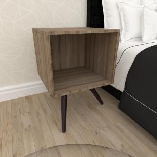Mesa de Cabeceira moderna em mdf amadeirado escuro com 3 pés inclinados em madeira maciça cor tabaco