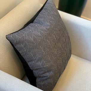 Almofada Geométrica Premium Preto Listras Quadrada