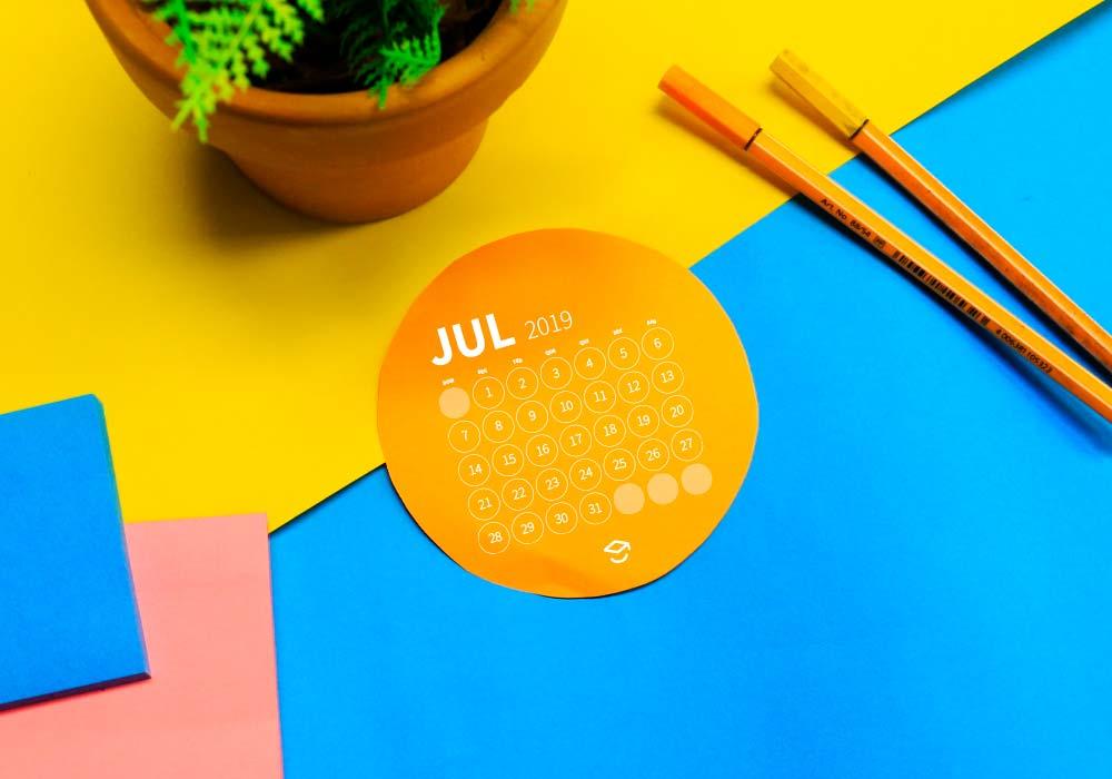 Mesa com calendário para estudar