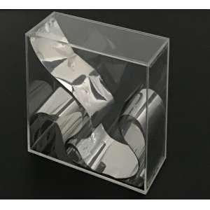 PAULO ROBERTO LEAL - Dobradura de papel em caixa de acrilico. Edição de 1973 No. 70/100. Dimensões: 20 x 20 x 8cm. Inscrições com nome do artista, data e edição no canto inf. direito.