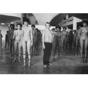 Jacques Faing - Vanessa Beecroft na 25ª Bienal de São Paulo: Fotografia com modelos em formação, tendo Vanessa Beecroft ao centro. Silver Gelatin Print. Assinatura do autor e data da obra no verso a tinta. Dimensões: 30 x 39,5 cm. Autor: Faing, Jacques