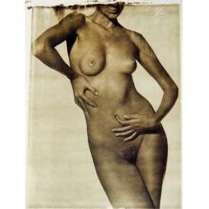 Luis Crispino - Nu feminino: fotografia de nu feminino, com dedo no umbigo e sem aparecer o rosto. Gelatin silver print; sem tiragem. Dimensões 24 x 19 cm. Autor: Crispino, Luis.