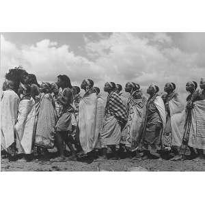 J. R. Duran - Habitantes do Kenya: Grupo de retirantes kenianos caminhando sentido à esquerda. No c.i.d ?J.R.Duran fotógrafo?, com tiragem à tinta. Gelatim Silver Print. Dimensões 76 x 97 cm. Autor: Duran, J. R.