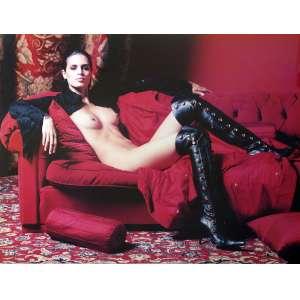J. R. Duran - Cássia Ávila: Mulher nua de botas pretas compridas (acima dos joelhos), sentada em sofá. No c.i.d ?J.R.Duran fotógrafo?, com tiragem à tinta. Dimensões 76 x 96 cm. Autor: Duran, J. R.