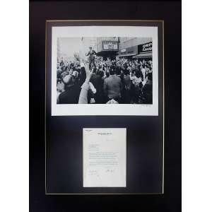 Bill Eppridge - Robert Kennedy na Multidão: [1] Foto de Robert Kennedy no meio da multidão. Gelatina Silver Print; sem tiragem. Dimensões 31 x 45 cm. Autor: Eppridge, Bill. [2] Carta batida à máquina, com assinatura no final, dimensões 26,60 x 19,40 cm.