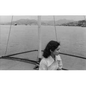 Ihee Kimura - Nagasaki: Fotografia em preto e branco com mulher de perfil (apenas rosto e meio corpo) vestida com roupa clara. Gelatin silver print. Com moldura; tiragem indefinida. Dimensões 16 x 25 cm. Autor: Kimura, Ihee.