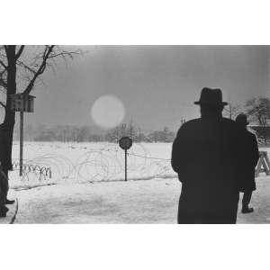 Kineo Kuwabara - Koujimachi Babasakimon, Chiyoda-Ku: Imagem em preto e branco de um homem de costas, com o nascer do luar ao fundo. Gelatin silver print. Dimensões 21,5 x 32 cm. Autor: Kuwabara, Kineo.