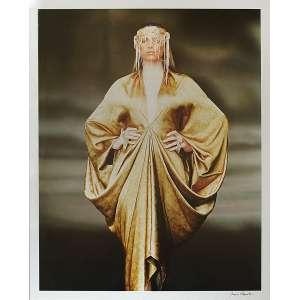 Jacques Dequeker Motta - Moda: Mulher em desfile, com as mãos na cintura, roupa em forma de um manto dourado e adorno na cabeça. Assinatura do autor na margem a tinta. Gelatin silver print; sem tiragem. Dimensões 70 x 51,5 cm. Autor: Motta, Jacques Dequeker.