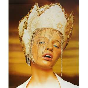 Jacques Dequeker Motta - Moda: Cabeça de modelo com um adorno em forma de coroa, de cor branca e enfeites caindo sobre o rosto. Assinatura do autor na margem a tinta. Gelatin silver print; sem tiragem. Dimensões 70 x 51,5 cm. Autor: Motta, Jacques Dequeker.