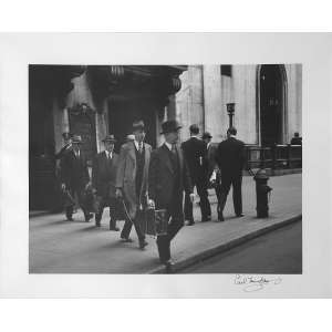 Carl Mydans - Chain Gang: Grupo de homens caminhando para a direita da foto. Assinatura à tinta na margem. Dimensões 31 x 40 cm. Autor: Mydans, Carl.