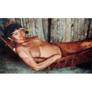 Mirella Ricciardi - Amazon: Índio deitado em uma rede, na oca, com algum enfeite (tipo fita) passando pela testa; sem tiragem. Dimensões 90 x 138 cm. Autor: Ricciardi, Mirella.