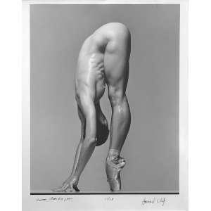 Howard Schatz - Shannon Chain-Serie Dancers: American Ballet Theatre. Bailarina na ponta dos pés, apoiando-se com as mãos. Gelatin Silver Print. Assinatura e demais dados da obra na margem direita, à tinta. Dimensões 45 x 35,50 cm. Autor: Schatz, Howard.