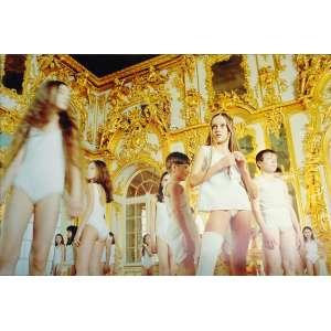 AES - The King of the Forest # 01: Crianças vestindo branco, com imagem de fundo sendo uma construção em dourado com branco. Dimensões 120 x 180 cm.