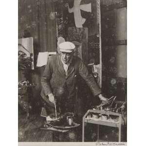 Robert Doisneau - Georges Braque Dans Son Atelier: De chapéu, apoiado em uma pequena mesa. Assinatura do autor na margem a tinta. Gelatin silver print; sem tiragem. Dimensões 25 x 20 cm.