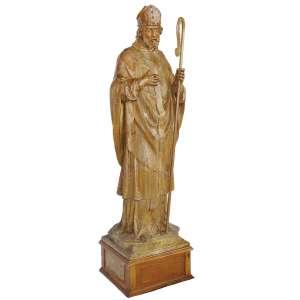 Santo Bispo: Figura em madeira de homem barbado, vestes episcopais e segura báculo na mão esquerda. Olhos de vidro. Itália, século XVIII/XIX. Dimensões 170 cm.