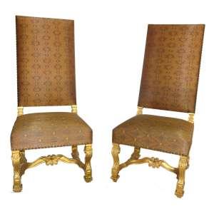 Cadeiras Douradas: 20 (vinte) Cadeiras Douradas de Espaldar alto, com brilhos dourados. Cópias do estilo Queen Anne. Dimensões: 127 x 51 x 56 cm cada.